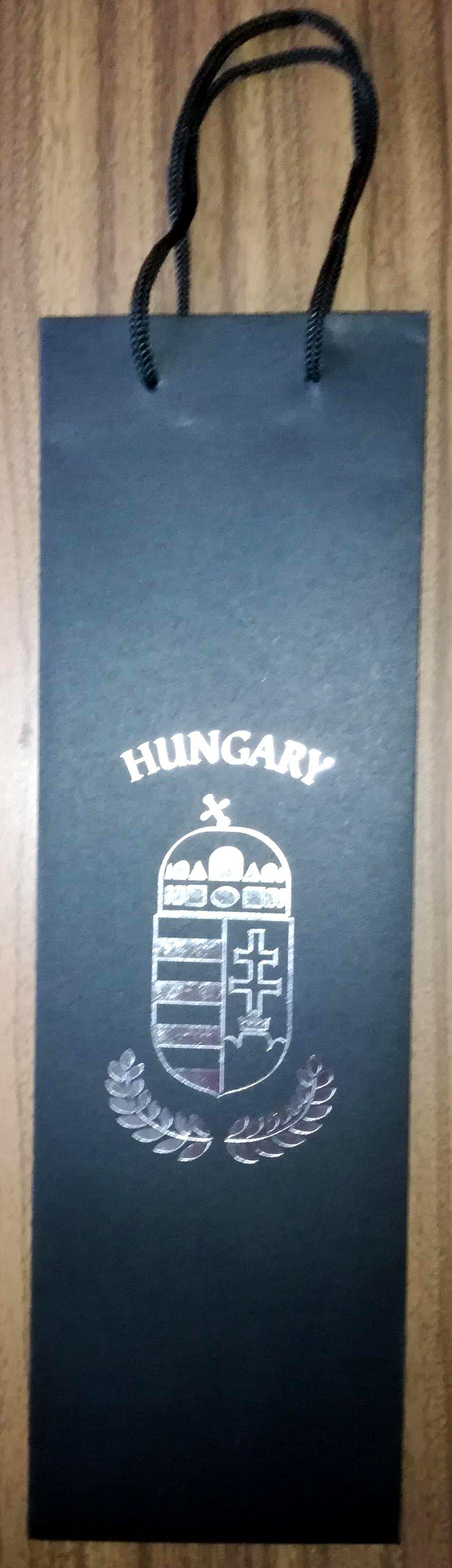 Hungary felíratos és címeres fekete bortasak ezüst mintával empty 8ab2bb605c